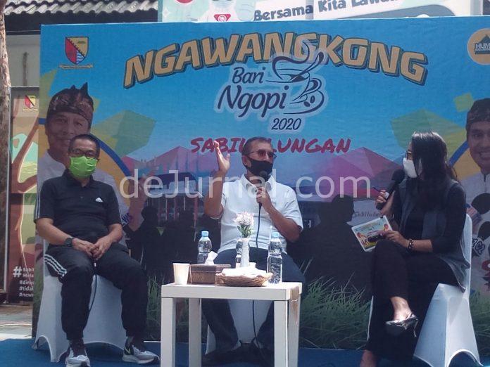Kepala Dinas Pemuda dan Olahraga Kabupaten Bandung, Dr. Marlan Nirsyamsu (kiri), dan Asisten Ekonomi dan Kesejahteraan, Marlan, S.Ip (tengah) menjasi nara sumber acara Ngawangkong Bari Ngopi,di Taman Anak Komplek Pemda Bandung, Jum'at (16/10). Foto Sopandi.