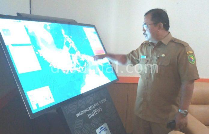 Kalak BPBD Kabupaten Bandung, H. Ahmad Djohara sedang menunjukan alat penditeksi gempa dan cuaca.