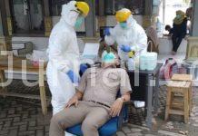 Salah seorang pegawai BPN Karawang sedang di swab test.
