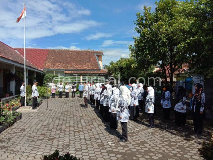 Sejumlah guru melaksanakan upacara Peringatan Hari Guru ke-75 tingkat Kecamatan Pasirjambu di SD Cisondari I, Rabu (25/11/2020).