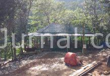 Pembangunan rumah makan yang berlokasi di area air terjun Cigentis diduga belum memiliki ijin.