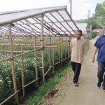 Cabup H. Oting saat berjalan kaki menuju rumah almarhum Jajang Nursamsi, salah satu relawan OTW yang meninggal akibat laka lantas. Foto : Heri/dejurnalcom