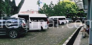 Beberapa mobil terparkir di halaman Kantor DPRD Kabupaten Garut, bersiap memberangkatkan para anggota DPRD lakukan kunjungan kerja, Senin (11/1/2021). (Foto : Yohannes/dejurnal.com)