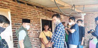 Bupati Bandung terpilih HM Dadang Supriatna saat meninjau dan menyalurkan bantuan untuk warga terdampak angin puting beliung di Desa Cangkuang, Kec Rancaekek, Kab Bandung, Sabtu (17/4/2021).