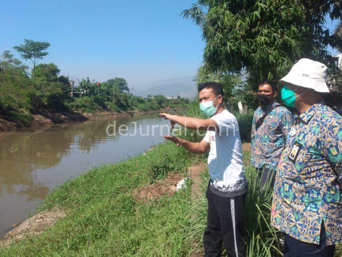 Bupati Bandung terpilih HM Dadang Supriatna (kaos putih) saat meninjau Sungai Cikeruh, Desa Tegaluar, Kec Bojongsoang, Kab Bandung, Rabu (21/4/2021).