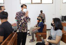 Wakil Bupati Garut, dr. Helmi Budiman saat mengecek pelaksanaan vaksinasi untuk para lansia.