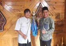 Bupati Bandung terpilih HM Dadang Supriatna bersilaturahmi dengan Ki Dalang Dadan Sunadar Sunarya, di Padepokan Giri Harja 3, Kel Jelekong, Kec Baleendah, Kab Bandung, Rabu (21/4/21) malam.