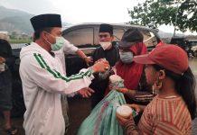 Ketua DPC PKB Kabupaten Bandung, HM Dadang Supriatna membagikan takjil kepada warga dan pengendara yang melintas di depan Sekretariat DPC PKB Kabupaten Bandung, Jalan Raya Siliwangi, Kecamatan Baleendah, Jumat (23/4/2021) petang.
