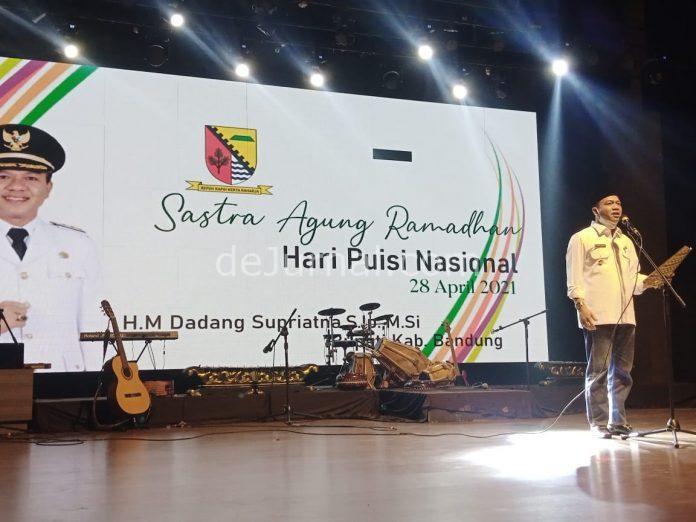Bupati Bandung HM Dadang Supriatna membacakan puisi pada peringatan Hari Puisi Nasional 2021, di Gedong Budaya Sabilulungan, Rabu (28/4/2021) malam.