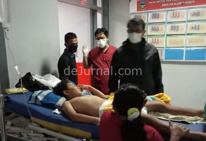 Wakil Bupati Garut dr. Helmi Budiman saat menjenguk salah satu korban truk angkut bata yang menabrak sekolah di Karangpawitan, Jumat (2/4/2021).