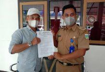 Kasi TPKPM Dinsos Garut saat menerima perwakilan keluarga Enung Nurcahyani, pekerja migran asa pameungpeuk yang diduga dianiaya dan ingin pulang, Senin (5/4/2021). (Foto : Raesha/dejurnal.com)