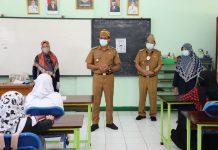 Wakil Bupati bersama Kadisdik Kabupaten Garut saat memantau pelaksanaan sekolah tatap muka, Senin (19/4/2021).