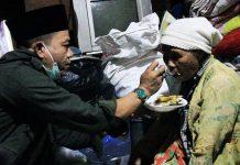 Bupati Bandung HM. Dadang Supriatna saat memberi suapan sahur kepada Ma Eha (83), pasca dilantik.