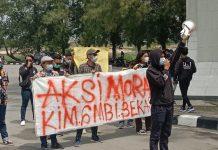 Beberapa orang yang tergabung KIM GMBI saat berunjuk rasa di depan Kantor Bupati Bekasi, Selasa (4/5/2021).