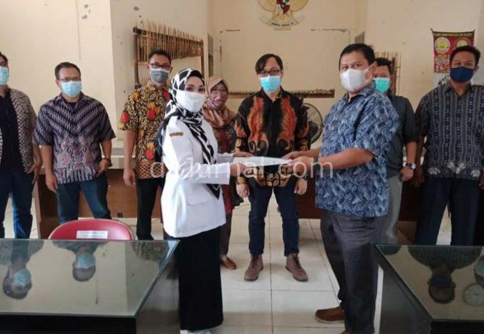 Penyerahan SK ketua Bumdes H Eka Sonjaya Ketua LPM Jaenudin dan lima Kadus.