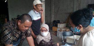 Ketua Puskesos Desa Margahayu Tengah, Kecamatan Margahayu, Saeful sedang mengecek kartu elektronik BPNT milik salah satu warga. (Foto Sopandi/dejurnal.com)