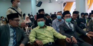 Bupati Bandung HM.Dadang Supriatna.(tengah)'saat menghadiri wisuda siswa Yayasan Darul.Ma'arif Rahayu Bandung. (Sopandi/ dejurnal.com)