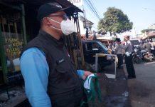 Kepala.Desa Nanjung Dian Irawan, Saat memantau pembagian masker. (Foto : Sopandi/dejurnal.com)