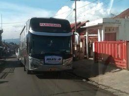 Salah satu bis pariwisata melintas menuju wisata Darajat, membuat masyarakat Pasirwangi resah, kasus covid-19 bakal melonjak. (Foto : Dok. Formasi)