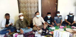 Anggota DPRD Kabupaten Bandung dari Fraksi Demokrat Agus Jaenudin (tengah) saat monitoring posko PPKM di Desa Lagadar Margaasih. (Sopandi/dejurnal.com)