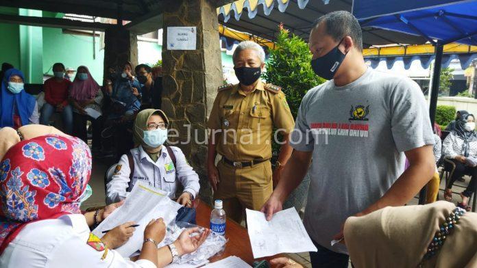 Camat Margahayu Mochammad Ischaq (tengah) sedang meninjau vaksinasi warganya. (Sopandi/dejurnal.com)
