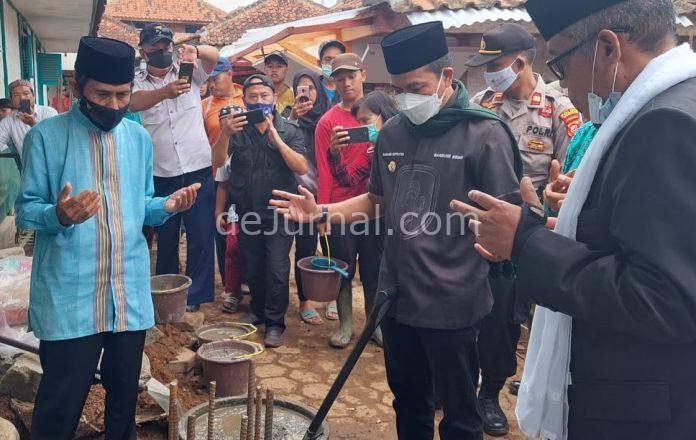 Bupati Bandung Dadang Supriatna melakukan peletakan batu pertama pembangunan Masjid Agung Mahmud.