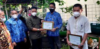 Bupati Bandung Dadang Supriatna (ketuga dari kiri) memberikan piagam penghargaan kepada Kepala Disperkimtan Erwin Rinaldi. (Sopandi/dejurnal.com)