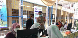 Kapolsek Ciwidey AKP Hadi Mulyana saat meninjau pelaksanaan vaksinasi di SMAN Ciwidey, Sabtu (25/9/2021).