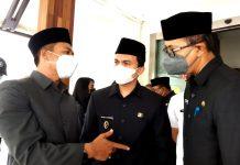 Bupati Bandung Dadang Supriatna, Wakil Bupati Bandung Sahrul Gunawan, dan Setda Pemda Bandung Cakra Amiyana seusai menghadiri Rapat Paripurna di Gedung Paripurna DPRD Kabupaten, Rabu (29/9/2021). (Sopandi/dejurnal.com)