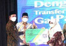 Bupati Bandung Dadang Supriatna (kiri), Menteri Desa PDTT Abdul Halim Iskandar (tengah), dan salah satu guru ngaji, saat lauching kartu guru ngaji di Hotel Sutan Raja, Kamis (30/9/2021).
