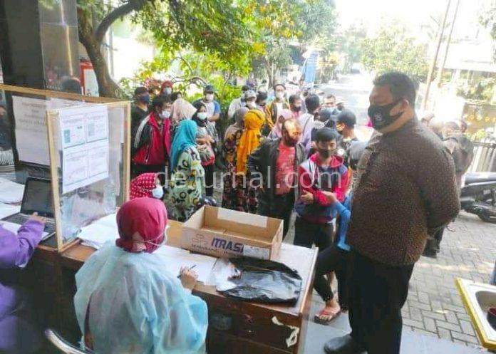 Kepala Desa Margahayu Selatan H. Amin M. Barkah meninjau pelaksanaan vaksinasi warganya di Aula Desa setempat. (Sopandi/dejurnal.com)