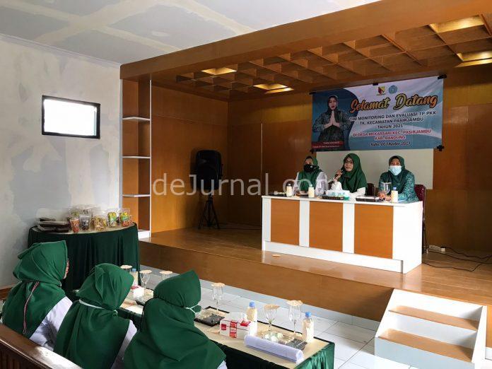TP PKK Kecamatan Pasirjambu, Kabupaten Bandung melaksanakan Monev di aula Desa Mekarsari kecamatan setempat. (Sopandi/dejurnal. com)