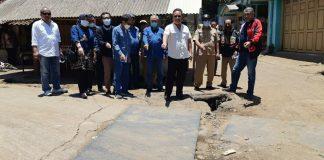Ketua Komisi C DPRD Kabupaten Bandung H. Yanto Setianto menunjukan gorong-goeong yang ambrol ditutup plat di perbatasan Pacet- Ibun, Selasa (12/10/2021).