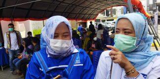 Ketua DPD PAN Kabupaten Bandung Hj. Thoriqoh Nasrullah Fitriyah, ST, ME, Sy. (baju putih) dan Ketua Panitia Vaksinasi Hj. Elin Wati. (Sopandi/dejurnal.com)