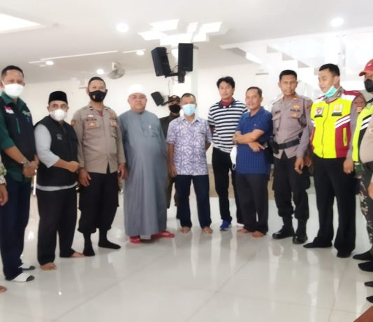Anggota DPRD Kabupaten Bandung dari Fraksi PKB H. Uya Mulyana (paling kiri), Pimponpes Darul Ma'arif KH. Sofyan Yahya (kelima dari kiri) dan Camat Margaasih (ke-6) berfoto bersama di sela pelaksanaan vaksinasi. (Sopandi/dejurnal.com)