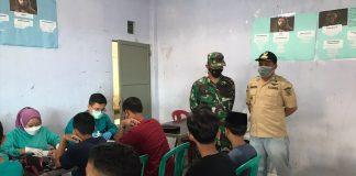 Kepala Desa Cikoneng Kecamatan Pasirjambu Ihsan Nurjaman (kanan) dan Danramil Pasirjambu Kapten Inf Agus Fauzi